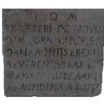 Epigrafe che ricorda il restauro di S. Pietro con cappelle e decori ad opera dell'abate don Mansueto De Amicis