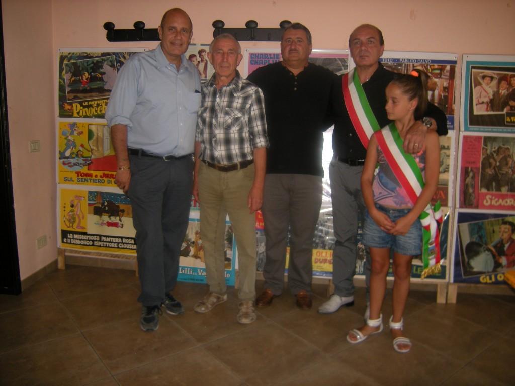 Foto ricordo con il regista Federico Moccia, con l'ideatore Rocco Santucci, il §Presidente dell'Ass. Calliope Rocco Ciarico, il sindaco Mariano Ficca e la minisindaco
