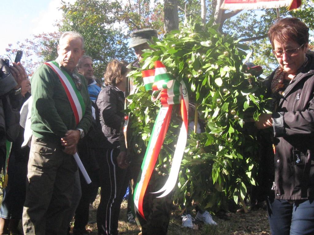 Il rinnovo della corona d'alloro in onore delle vittime civili